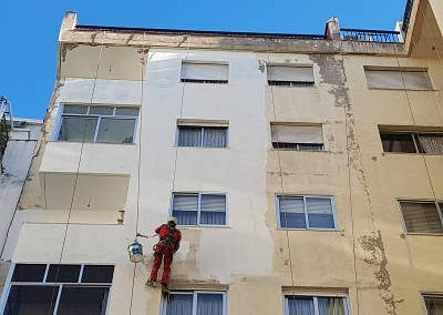 Reparación de patios interiores con trabajos verticales